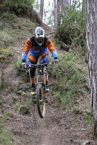 saut course VTT femme descente DH laura Lohner