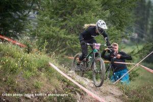 course VTT Enduro femme Julie duvert attaque