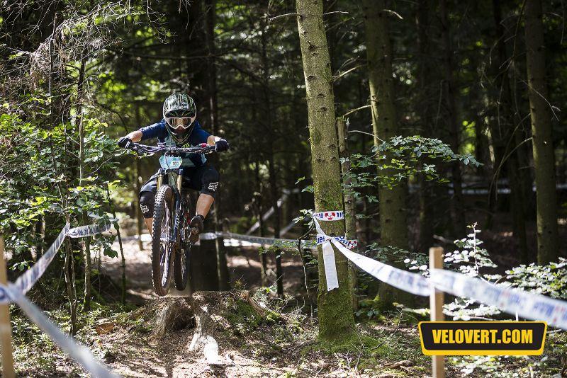Mélanie PUGIN pilote ENDURO FEMME VTT forêt
