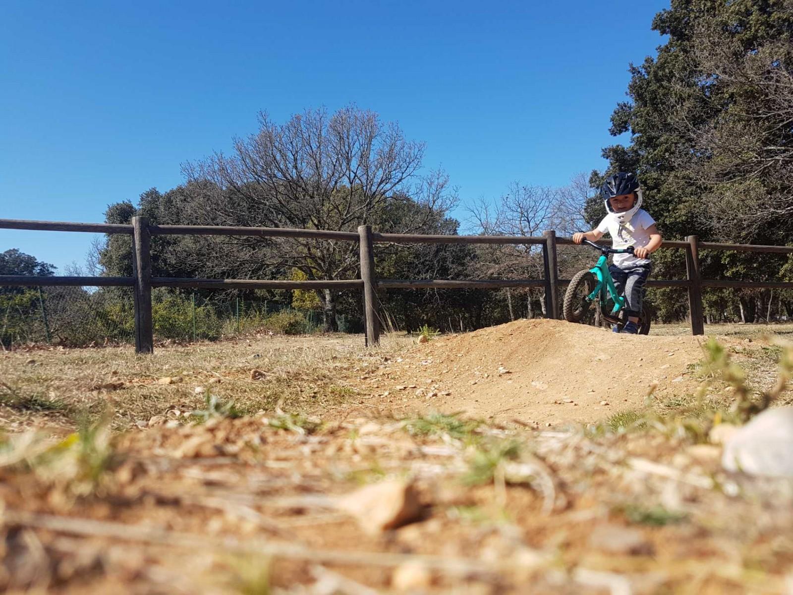 icone Faire un vélo avec son enfant, pumptrack maman enfant happy