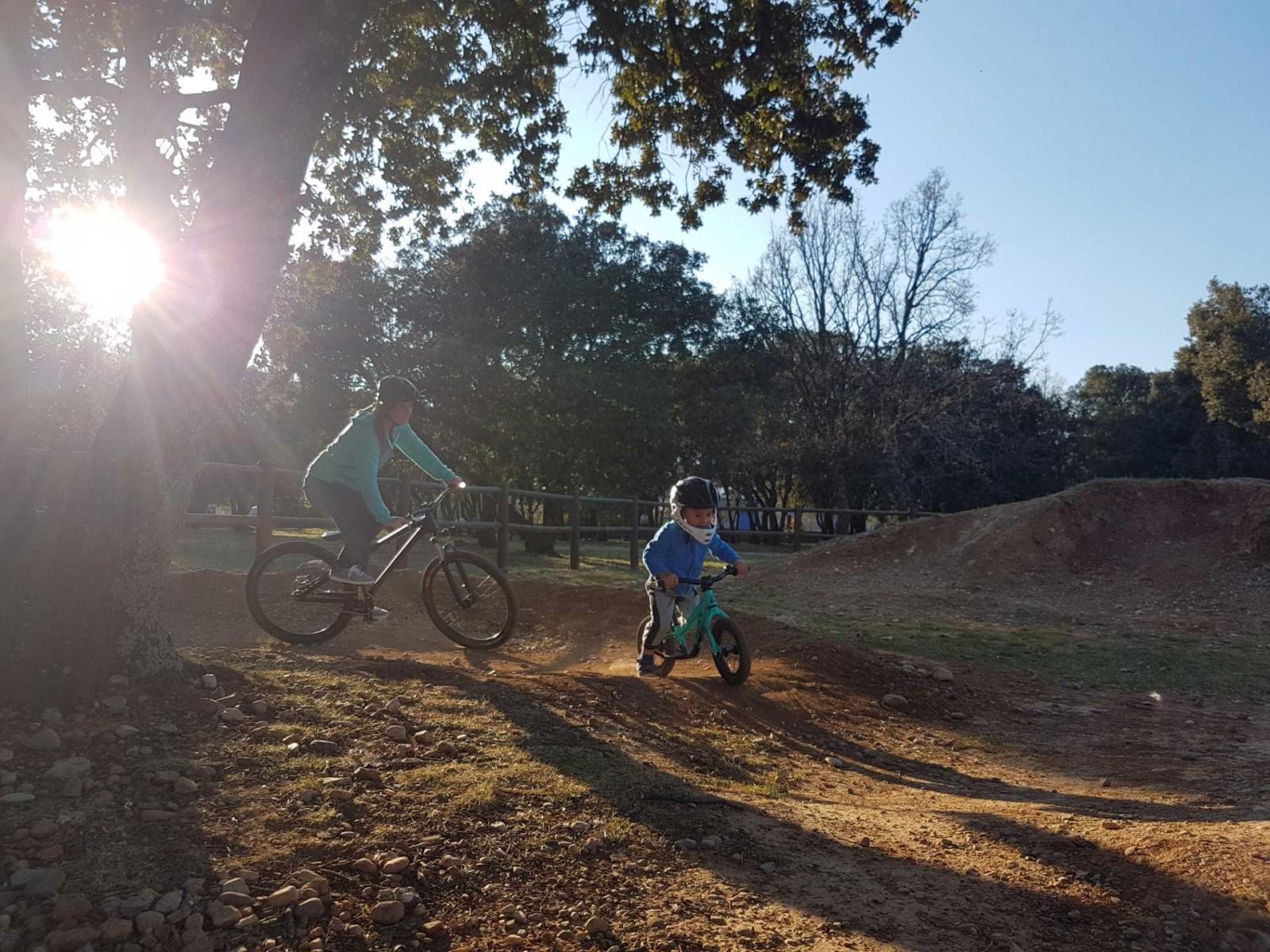 icone Faire un vélo avec son enfant, pumptrack maman enfant virage