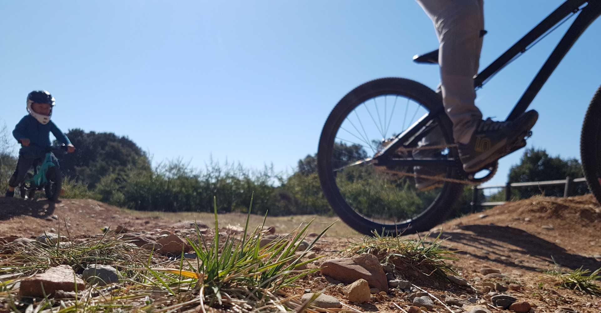 icone Faire un vélo avec son enfant, pumptrack maman enfant course