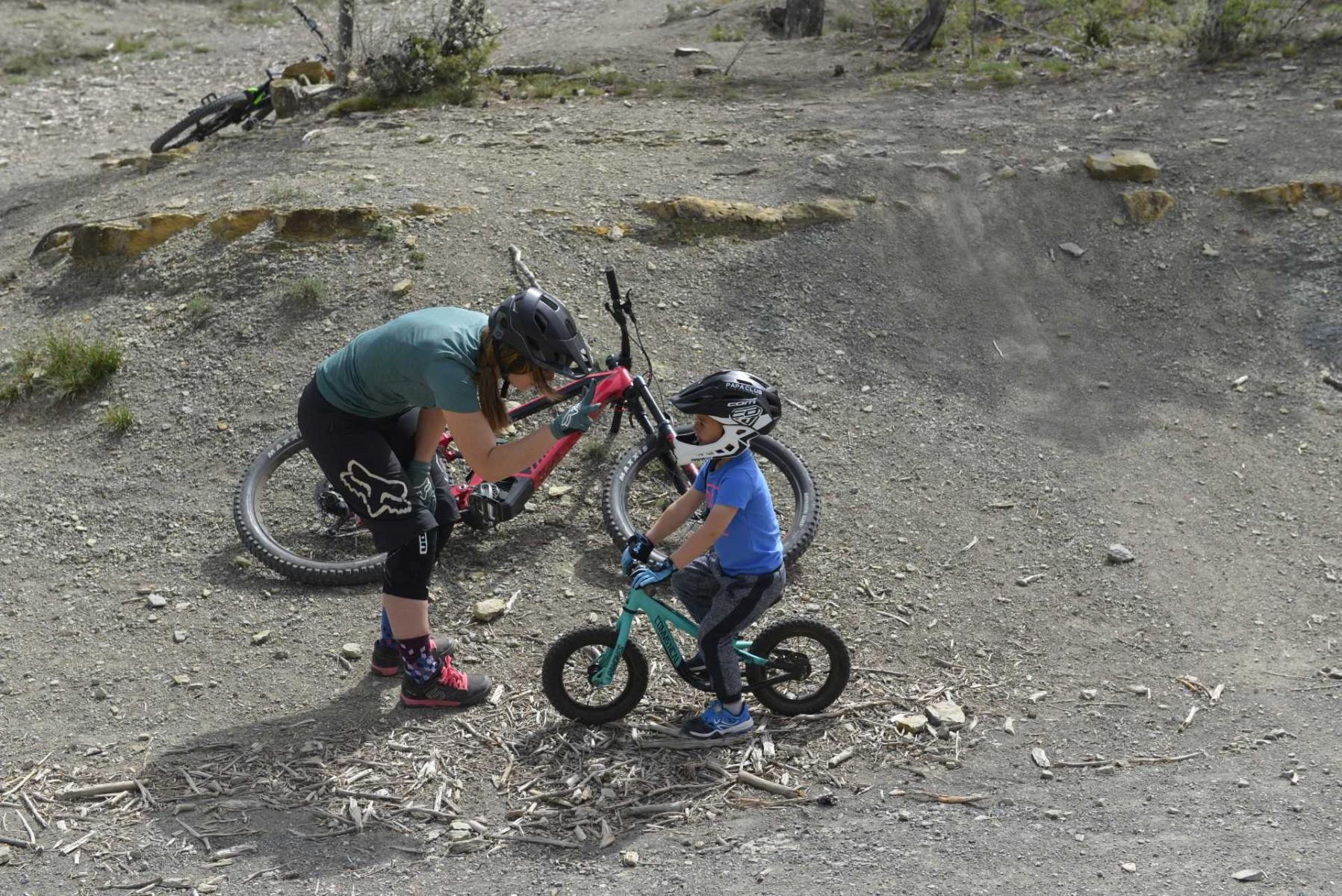 faire du vélo avec son enfant. Maman et enfant compte