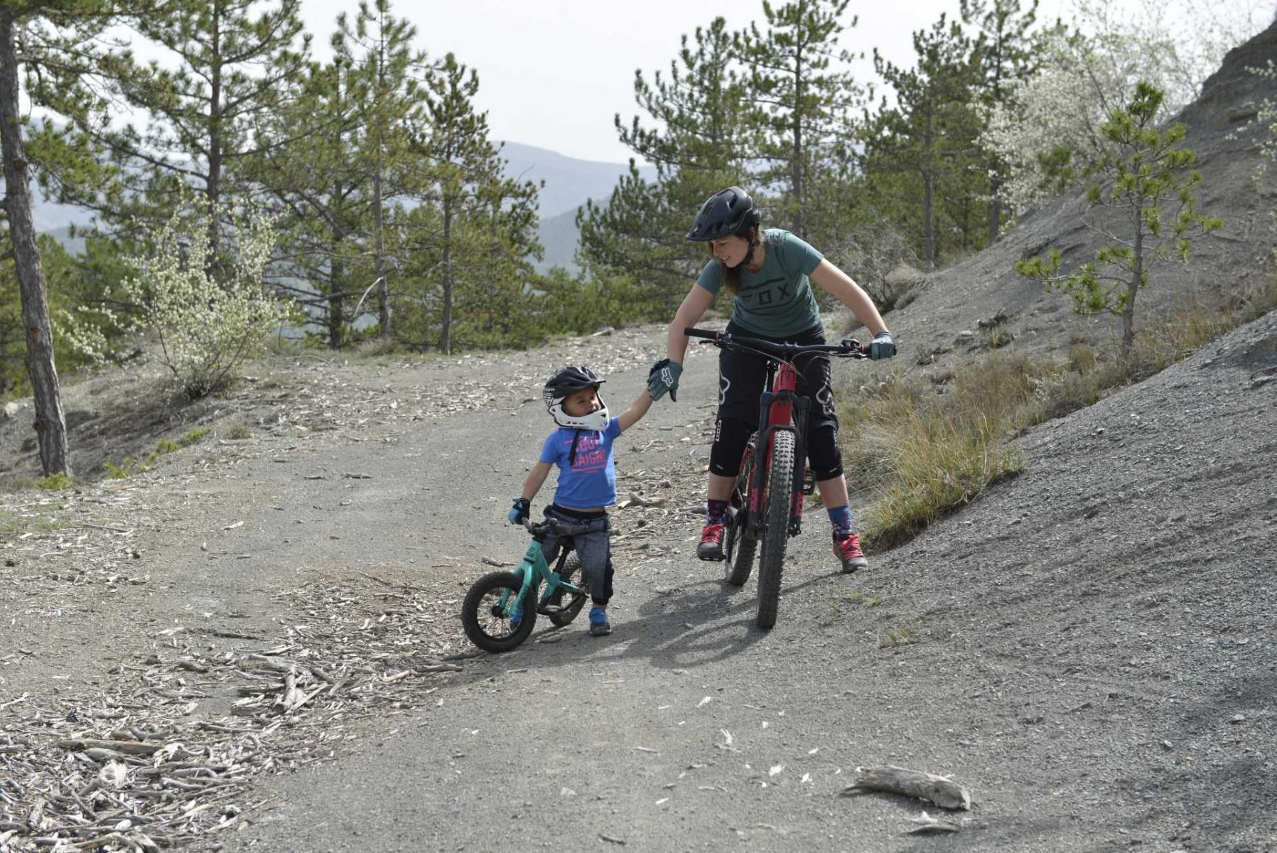 faire du vélo avec son enfant. Maman et enfant check