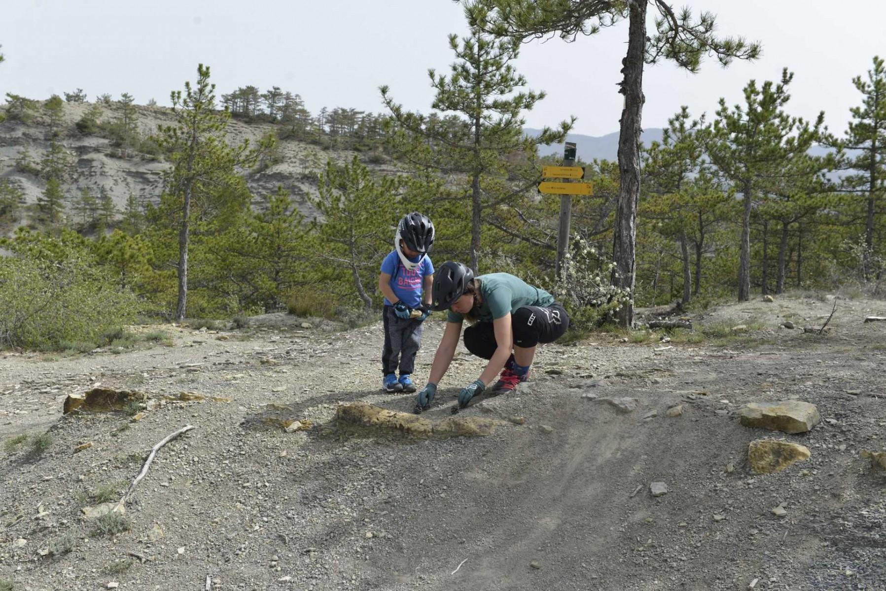 faire du vélo avec son enfant. Maman et enfant apprentissage VTT