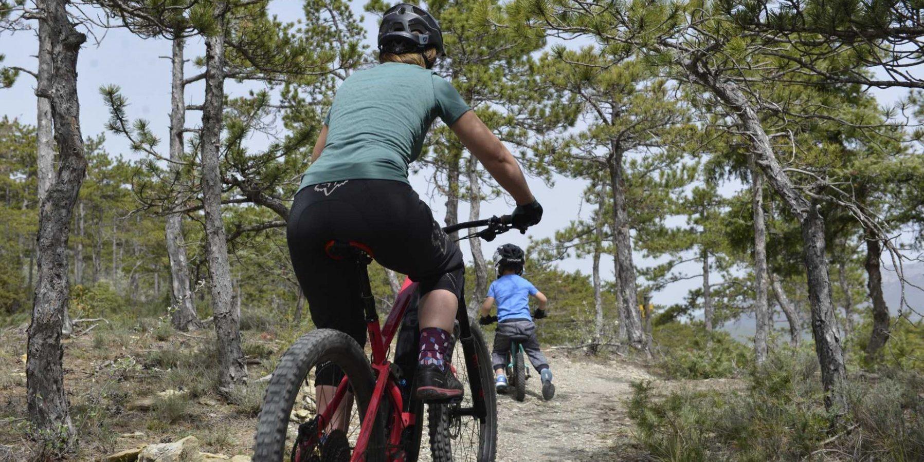 faire du vélo avec son enfant. Maman et enfant VTT dos