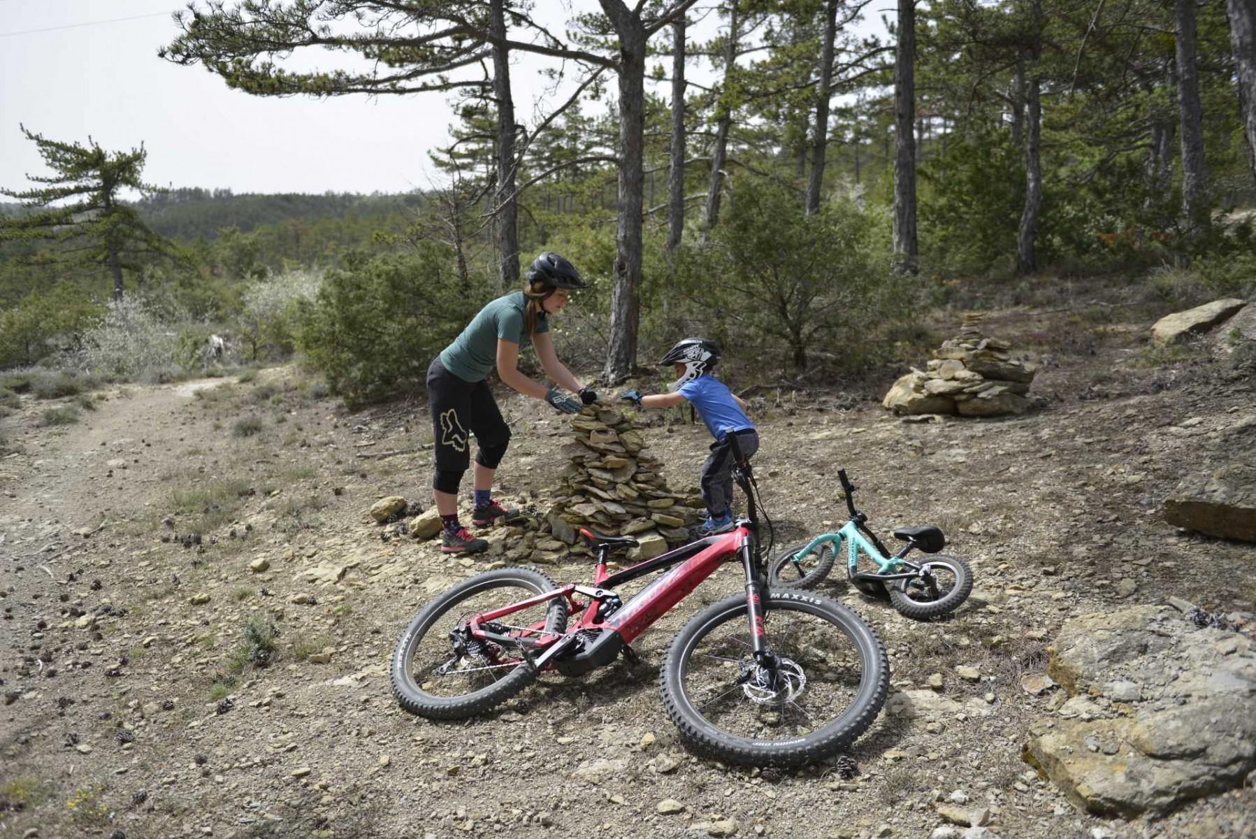 faire du vélo avec son enfant. Maman et enfant bories