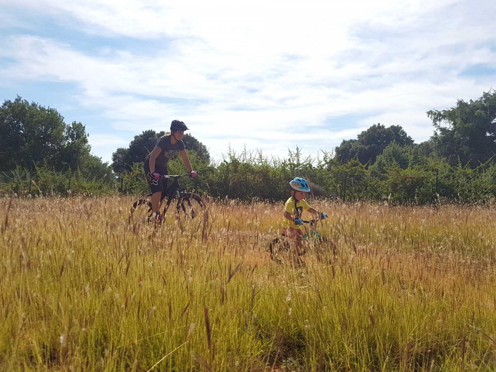 Faire un vélo avec son enfant, pumptrack maman avec son enfant