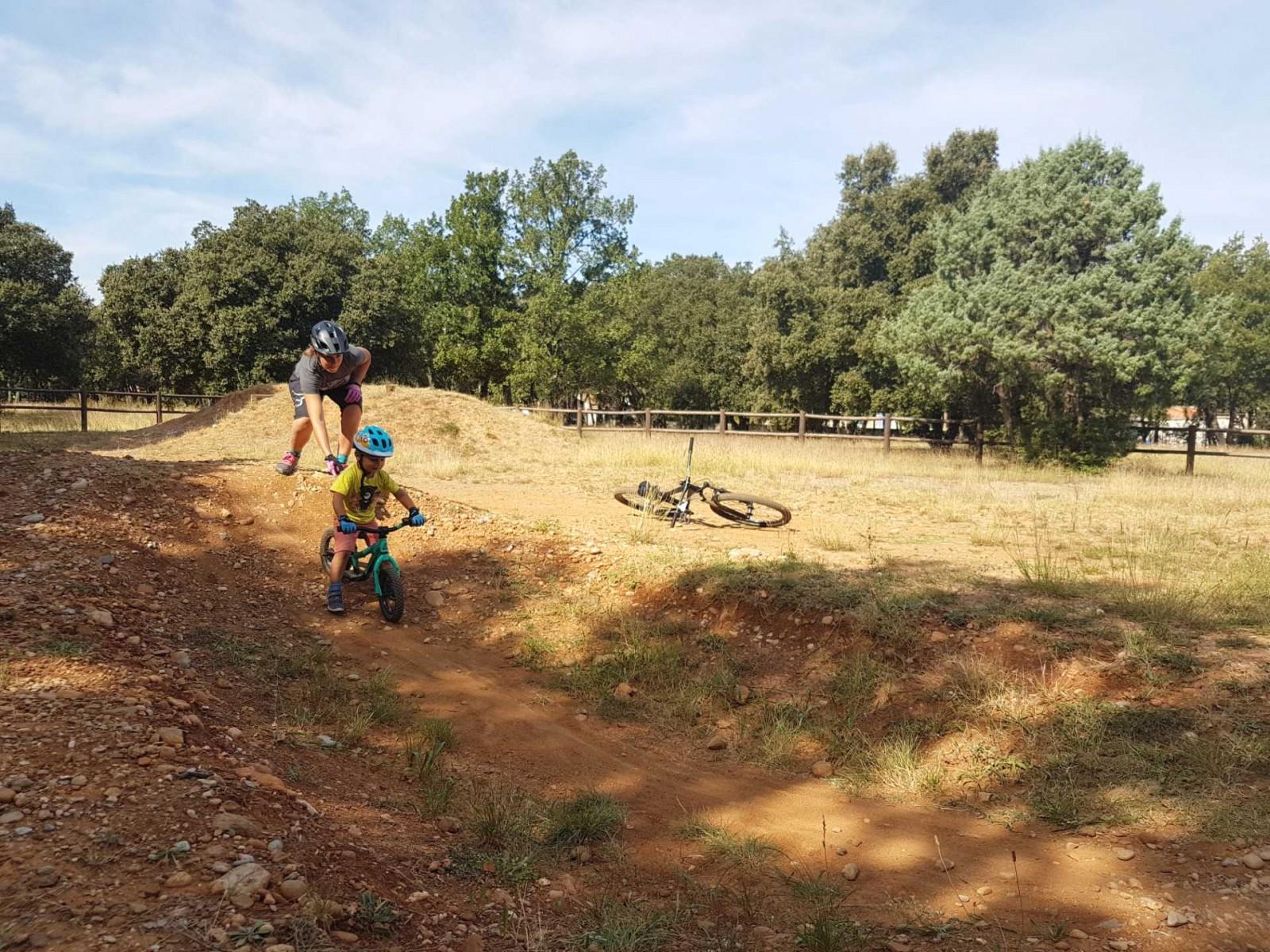 Faire un vélo avec son enfant, pumptrack apprendre les bosses à son enfant