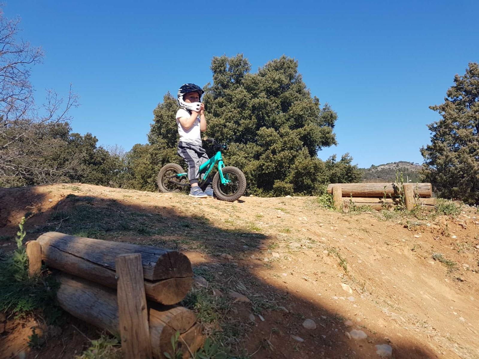 icone Faire un vélo avec son enfant, pumptrack maman enfant pente