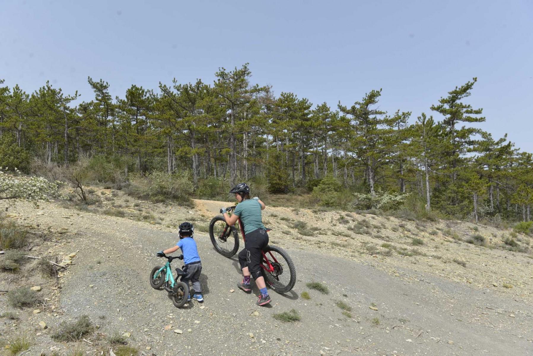 faire du vélo avec son enfant. Maman et enfant pousse VTT